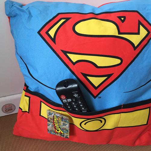 Coussin superman avec poches 38 x 38 cm nostalgift retombez en enfance to - Coussin telecommande ...