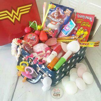 """Coffret cadeau : Grande mallette bonbons des années 80 """"Wonder Woman"""""""