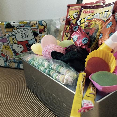 coffret cadeau bonbons des ann es 70 snoopy. Black Bedroom Furniture Sets. Home Design Ideas