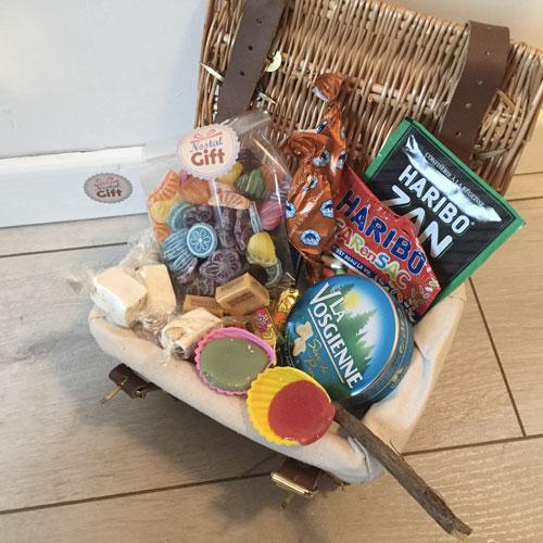 Panier Cadeau Bonbon : Coffret cadeau panier en osier rempli de bonbons des