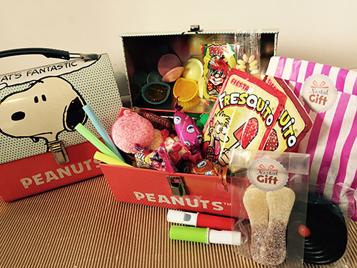 coffret cadeau grande mallette bonbons des ann es 70 snoopy nostalgift objets. Black Bedroom Furniture Sets. Home Design Ideas