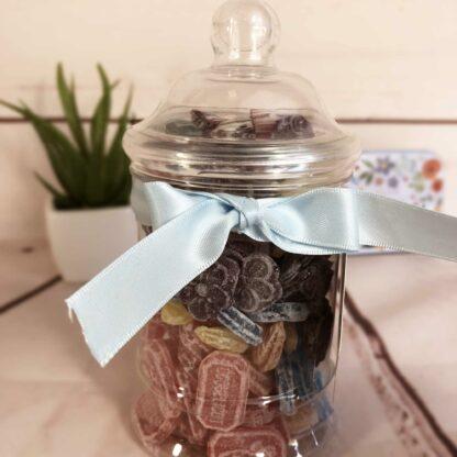 Petite bonbonnière en plastique remplie de bonbons d'antan