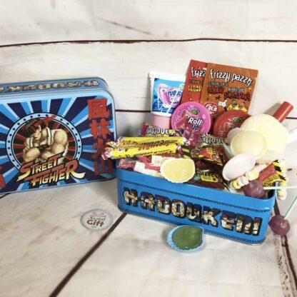 """Coffret Cadeau : Boîte """"Street Fighter"""" remplie de bonbons des années 80"""