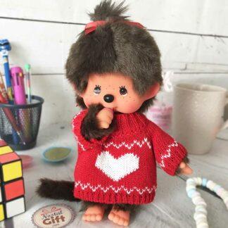 "Peluche Monchhichi Kiki - Pull coeur (20 cm) - 1 euro reversé à l'association ""Tricotez Coeur""."