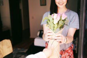 Offrir des fleurs à maman