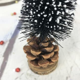 Décoration de Noël - Petit sapin enneigé avec pomme de pain