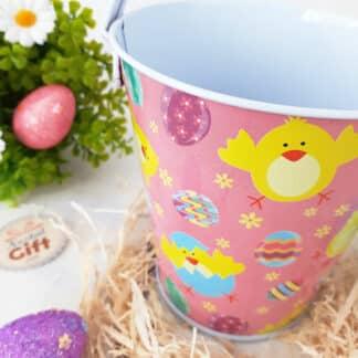 Seau rose de Pâques décoré de poussins et œufs