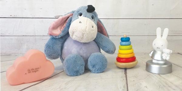 Vous êtes à la recherche d'un cadeau bébé unique et original ? Chez NostalGift, nous vous apportons la réponse avec notre sélection d'idées cadeau pour bébé où vous trouverez ce qu'il faut pour un cadeau bébé original.