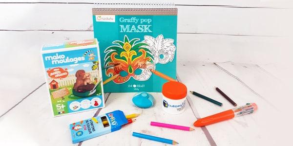 Réveillez votre créativité avec un ensemble de jeux créatifs présents dans cette catégorie. Créez des bracelets à offrir avec notre trèfle à tricoter, tricoter des torchons ou autres avec le tricotin en bois rétro. Aidez et accompagnez vos enfants et/ ou petites enfants dans leur créativité en leur offrant un de nos jeux créatifs.