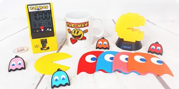 Vous souvenez-vous du jeu vidéo Pac-Man? De ses consoles de jeux et leur succès? Vous a-t-il manqué? Si oui, NostalGift vous invite à redécouvrir son univers grâce aux produits et accessoires Pac-Man mis à votre disposition. De nombreux produits vous attendent tels que des coffrets rétrogaming, des consoles Pac-Man et d'autres accessoires comme des chaussettes, des stickers ou des accessoires de cuisine.