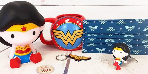 Wonder Woman est non seulement l'une des plus anciennes super héroïnes mais aussi la plus célèbre. Venez retrouver l'héroïne de votre enfance mais aussi celle de vos enfants parmi notre large sélection des produits dérivés Wonder Woman.