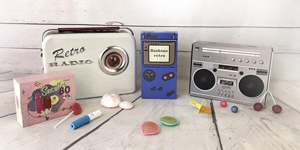 Roudoudous, bonbons acidulés, Fresquito, nougats, les bonbons de notre enfance rassemblés dans des jolis coffrets bonbons vous attendent chez NostalGift. Retombez en enfance avec nos coffrets remplis de bonbons anciens.
