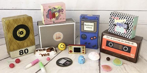 Un coffret cadeau est l'un des meilleurs cadeaux que l'on puisse offrir à quelqu'un ou s'offrir à soi-même. Il est toujours rempli de divers produits, de quoi plaire à toutes les personnalités. Chez NostalGift, nous vous avons préparé des coffrets cadeaux gourmands et vintage. Remplis de bonbons et friandises anciens ou de produits rétro-vintage, nos coffrets cadeaux sont parfaits pour vous faire retomber en enfance.