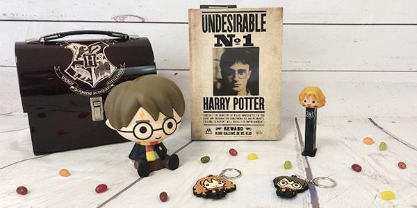 Potterhead, si vous cherchez un cadeau ou des goodies Harry Potter avec des licences officielles, sacs, figurines, bonbons ou jeux, vous êtes ici au bon endroit. Il y a des cadeaux et des goodies pour tout le monde.