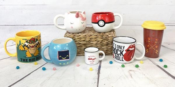 Les Mugs nous évoquent souvent des moments de douceur, le café du matin, le thé du soir, le chocolat chaud lorsqu'il fait un peu froid,... tous ces petits moments agréables. Passez ces moments entourés de nos mugs rétro et vintage qui vous feront retomber en enfance.  Retrouvez également nos mugs transportables pour ramener vos boissons chaudes où vous le souhaitez.