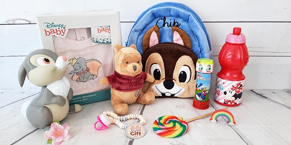 Votre enfant, votre neveu ou nièce est fan de Disney ? Offrez-lui un de nos cadeaux enfants Disney. Sacs à dos, boîtes à goûter, bonnets ou peluches des personnages Disney, on a tout pour combler vos petits.