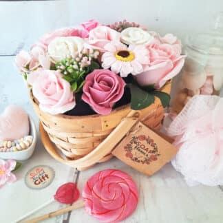 Bouquet de fleurs roses de savon dans un panier
