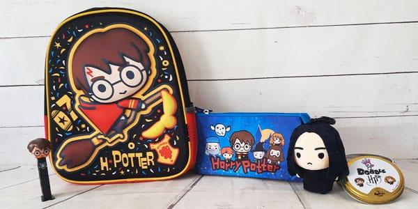 Votre enfant est fan d'Harry Potter ? Il se balade sûrement avec une cape et une baguette pour mimer l'apprenti sorcier le plus célèbre? Alors faites-lui plaisir en lui offrant un de nos cadeaux Harry Potter.