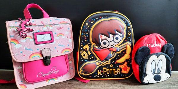 Le sac à dos est l'accessoire à avoir dans sa garde-robe. Utile, agréable et fonctionnel, le sac à dos nous sert, petits et grands, beaucoup de choses. Retrouvez nos modèles rétro qui vous feront retomber en enfance.