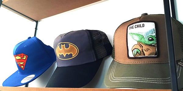 Retrouvez notre sélection de casquettes pour homme! Que vous cherchez une casquette homme originale, sous licence, ajustable, vous trouverez très certainement votre bonheur sur Nostalgift.com!